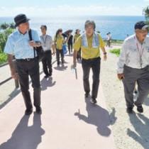 奄美群島の国立公園指定に向けた現地視察で来島した中央環境審議会の武内和彦会長(左)ら=25日、伊仙町の犬田布岬
