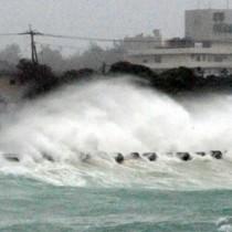 台風11号・強風で高波が押し寄せる湾漁港 丸山