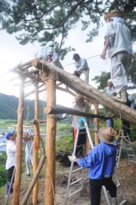 祭場となる山の中腹で行われた「ショチョガマ」作り=24日、龍郷町秋名