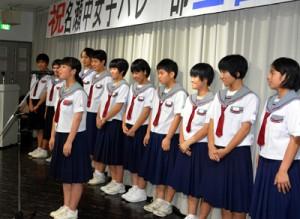 壮行会で全国大会での目標を発表する名瀬中女子バレー部メンバー=15日、奄美市真名津町