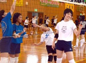 小学生を指導する鹿児島女子バレーボール部の積=27日、太陽が丘総合体育館