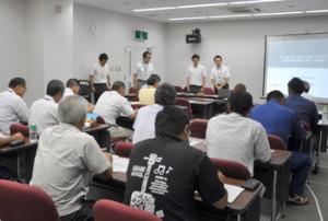 再生可能エネルギー発電設備の契約受け付けの一時中断で、九州電力が開いた現地説明会=20日、徳之島町