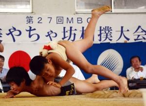 暑さに負けず79人が好取組を繰り広げたやちゃ坊相撲大会=3日、名瀬中相撲場