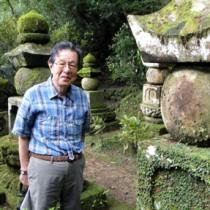初めて目にする先祖の墓群に「びっりした」と話す野村さん=22日、瀬戸内町篠川