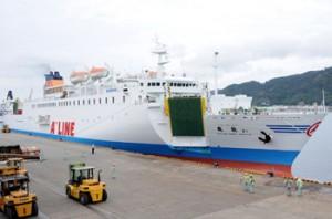 運休が決まった東京~沖縄航路の飛龍21=2010年3月、奄美市の名瀬新港