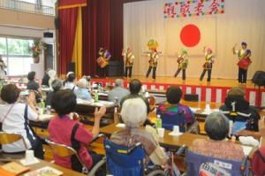 職員によるエイサーなどで盛り上がった奄美和光園の敬老祝賀会=17日、奄美市名瀬和光町