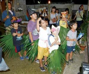 面やクバの葉で仮装し、家々を回る子どもたち=20日、瀬戸内町芝