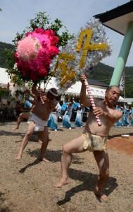 今年も華やかな花飾りが披露された西阿室集落豊年祭のテンテン=14日、瀬戸内町