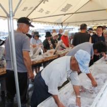 新鮮な海の幸を買い求める町民でにぎわったお魚祭り=13日、喜界町