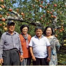日本一周旅行の際、アルバイトしたリンゴ園に立ち寄った荒田さん(右から2人目)、スミ子夫人(右)と白戸さん夫妻=8月22日、弘前市