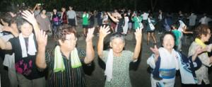 五穀豊穣と集落繁栄を祈り、地域住民が輪になって歌い踊った八月踊り=2日、奄美市笠利町佐仁集落