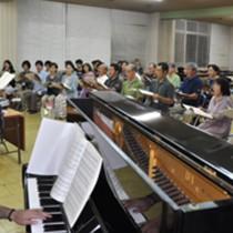 第九の合唱練習を行う参加者ら=21日、名瀬公民館金久分館