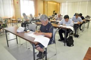 幅広い年代の11人が受験した「奄美・琉球世界遺産検定」の奄美会場=21日、奄美市名瀬