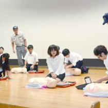 AED(自動体外式除細動器)講習会もあった救急医療講演会=12日、奄美市