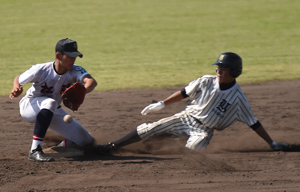 【与論―松陽】六回表2死。単打で出塁した町平が二盗に成功=28日、姶良市野球場