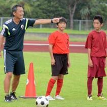 受講生に指示を送る島田コーチ(左)=13日、太陽が丘運動公園陸上競技場