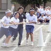 1年生種目の「台風の目」。元気よく駆け抜ける生徒たち=21日、奄美市名瀬の小宿中学校