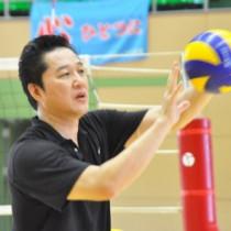 小中学生を対象にした川合俊一さんのバレーボール教室=31日、宇検村総合体育館
