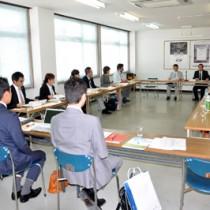 海外市場調査方法などについて協議した鹿児島本格焼酎輸出促進プロジェクト会議=8日、鹿児島市錦江町