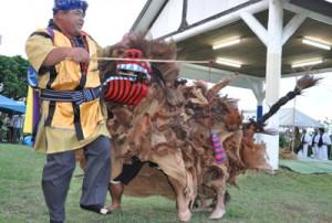 会場を盛り上げた「獅子舞」=8日、与論町の地主神社境内