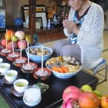 心を込めた料理を供えてコウソガナシを祭る「ツカリ」=1日、龍郷町秋名