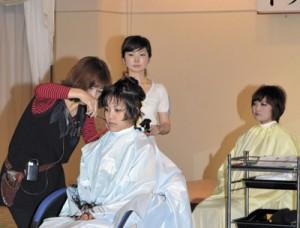 最新、流行のヘアカットが披露されたトップマスターズモード発表会=29日、奄美市名瀬