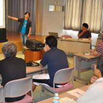 伊丹市昆虫館の田中良尚さんがアマミマルバネクワガタの保護を呼び掛けた講演会=23日、天城町