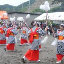 阿木名集落の豊年祭で披露された棒踊り=7日、瀬戸内町