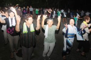 観光振興計画で体験型メニューの要に位置付けた八月踊り=9月、奄美市笠利町佐仁