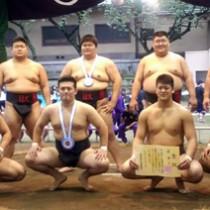 6連覇を果たした日大相撲部。優勝旗を手にする坂元主将(後列右端)と大庭(前列左から2人目)=提供写真