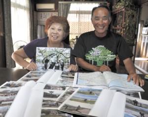 旅先での記念写真や利用した道路地図を見せる大里さん夫妻