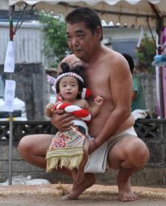 子ども土俵入りもあった芦花部集落の豊年祭=14日、奄美市名瀬