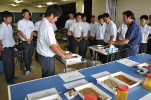畑かん営農講座で徳之島の土壌の特性などについて学んだ徳之島高校の生徒ら=19日、県農業開発総合センター徳之島支場