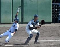 【奄美―池田】初回、林の同点適時打で山田が生還=28日、姶良市野球場