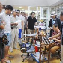 奄美大島研修で大島紬の製造工程を学ぶ道草塾の塾生ら=5日、龍郷町