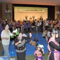 最後は会場一体となった総踊りで盛り上がった「月見で野あしび」=6日、和泊町民体育館