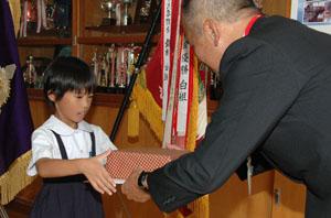 コクトくん宛て「かもめ~る」で優秀賞を受けた緒方さん(左)=11日、奄美市住用町