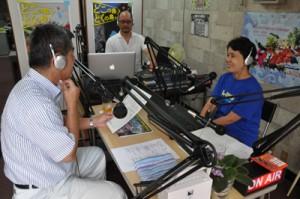 本放送が始まった「徳之島ミニFM」のスタジオ=1日、徳之島町