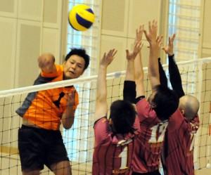 【バレーボール男子】肝属戦でスパイクを決める大島の清水=20日、さつま町宮之城総合体育館