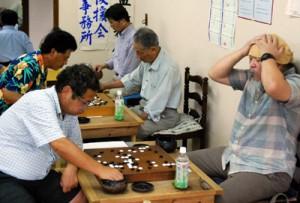 白熱した戦いを見せた第2回南海日日新聞杯全郡囲碁大会=23日、奄美囲碁クラブ