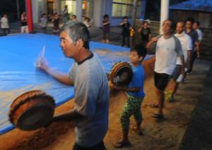 地域住民が早朝から歌い踊ったシバサシ踊り=8日午前5時50分ごろ、宇検村阿室