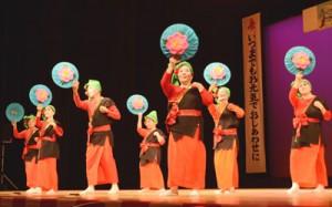 久里町老人クラブの踊りもあった敬老の日祝賀会の余興=15日、奄美市名瀬