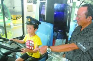 子どもたちの人気を集めたバスの運転手体験=20日、奄美市名瀬