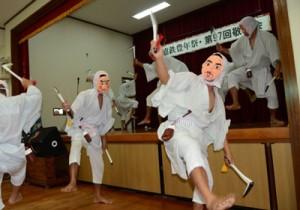 勇壮な舞いで敬老者を楽しませたカマ踊り=6日、瀬戸内町嘉鉄
