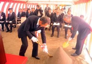 関係者が出席して工事中の無事故を祈願したのぞみ園移転新築工事の起工式=30日、奄美市名瀬和光町
