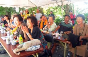 「島旅」モニターツアーで加計呂麻島を訪れ、諸鈍シバヤを見学した参加者=2日、瀬戸内町加計呂麻島
