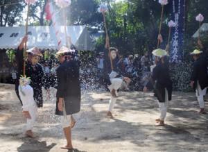 「スクテングヮ」など男衆がユーモラスな芝居を披露した諸鈍シバヤ=2日、瀬戸内町加計呂麻島の諸鈍集落