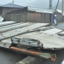 暴風で全壊した倉庫=5日午前8時5分、龍郷町円
