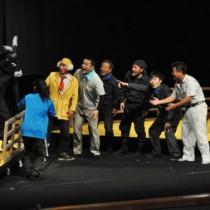 住民らが熱演した島民劇「島ぬ夫婦」=26日、徳之島町文化会館