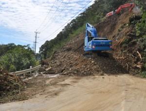 崖崩れで全面通行止めとなっている国道58号の網野子峠=16日、瀬戸内町